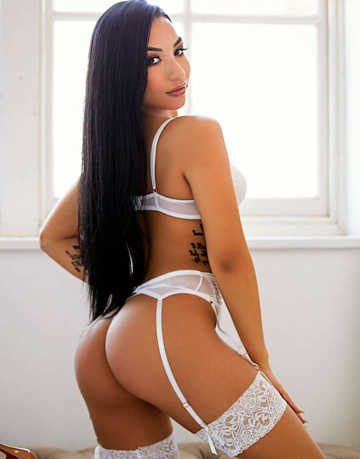 Brunette Escort in Central London Saraby